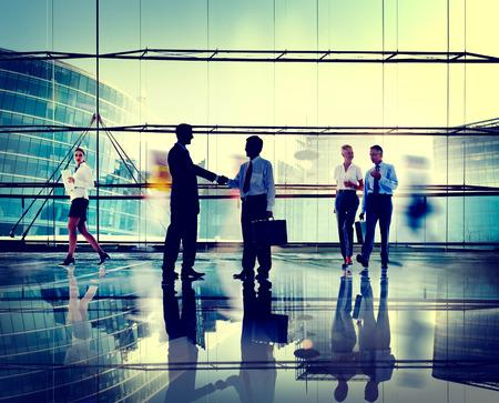 siluetas mujeres: Hombres de negocios de Conexi�n Corporativa Tarjetas de Handshake Concepto