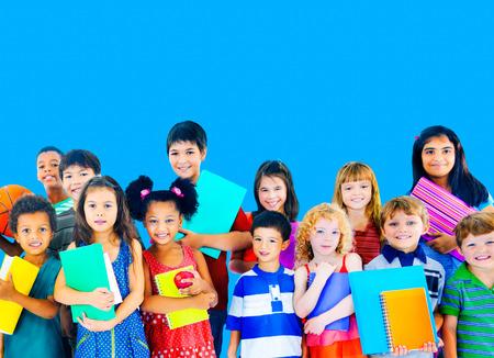 niños jugando en la escuela: Diversidad Niños Amistad Inocencia Concepto Sonreír