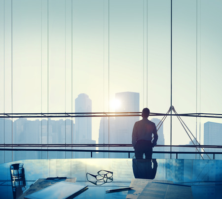 metas: Empresario Pensando Aspiraciones Objetivos Contemplando Concepto