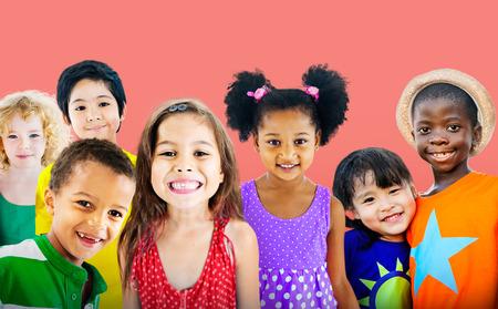 glücklich: Vielfalt Kinder Freundschaft Unschuld Lächeln Konzept