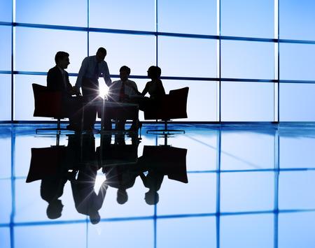 trabajo en equipo: Gente de negocios Discusi�n Lluvia Trabajo en equipo Concepto