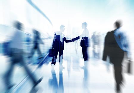 contratos: Ciudad Acuerdo de Asociación Gente de negocios apretón de manos Corporativo Concepto