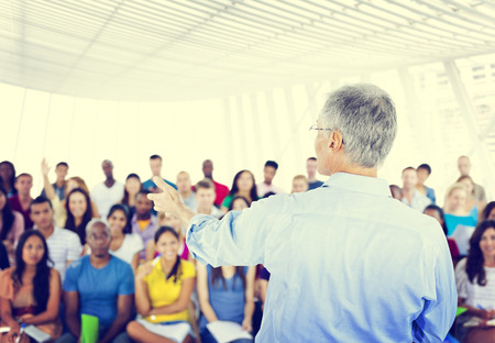 Gran grupo de estudiantes en el Centro de Convenciones Foto de archivo - 41195399