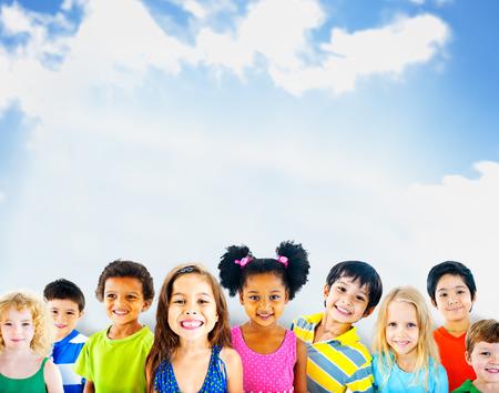 spielende kinder: Vielfalt Kinder Freundschaft Unschuld Lächeln Konzept