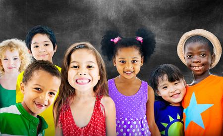juventud: Diversidad Ni�os Amistad Inocencia Concepto Sonre�r