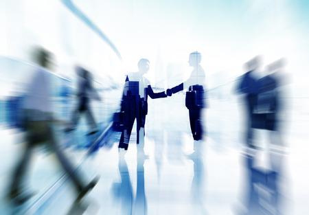 handshake: Ciudad Acuerdo de Asociaci�n Gente de negocios apret�n de manos Corporativo Concepto