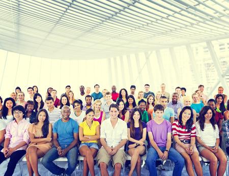 menschenmenge: Gruppe Menschenmenge Publikum Lässige Bunte Sitzkonzept