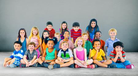 niños sentados: Felicidad niños de los niños Amistad Niñez Diversidad Concepto