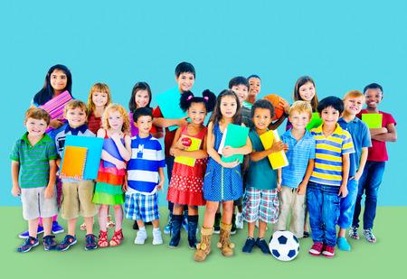 nios en la escuela: Ni�os multi�tnicos sonrientes Concepto Amistad Felicidad