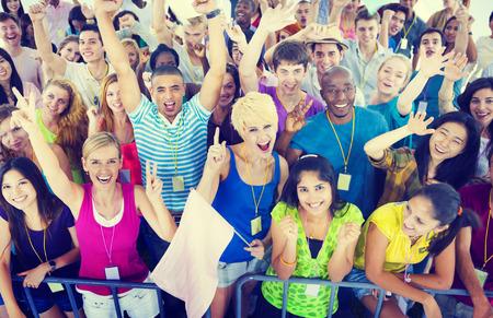 gente feliz: Personas sonrientes felicidad Concierto Celebración Emoción Evento Concepto