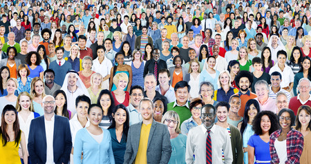gente adulta: Grupo grande de diverso Multiétnico Alegre Concepto Foto de archivo