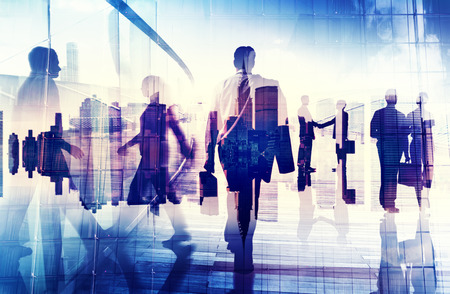 Silhuetter av affärsmän i en kontorsbyggnad Stockfoto