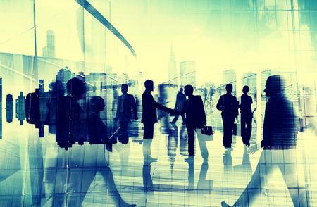 saludo de manos: Ciudad Acuerdo de Asociación Gente de negocios apretón de manos Corporativo Concepto