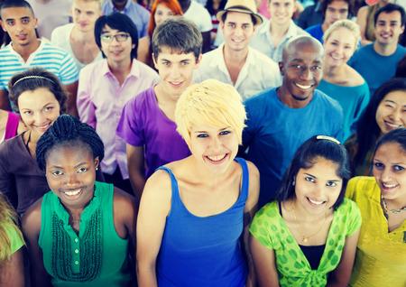 gente feliz: Multiétnico Multitud Adolescente Felicidad Team Concept