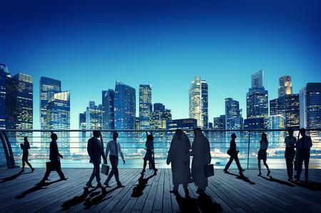 사람들: 비즈니스 사람들이 글로벌 통근 시티 개념을 산책