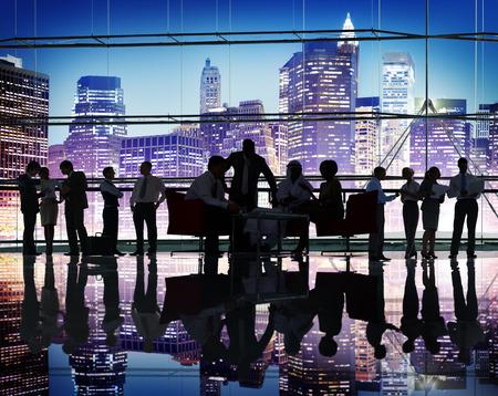 多様性人商談チームワーク コンセプトをブレインストーミング