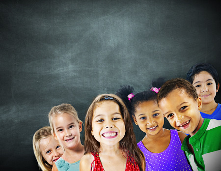niños con pancarta: Niños Niños Diversidad Educación Felicidad Alegre