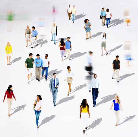 personas caminando: Diversidad �tnica diversa Etnia Uni�n Variaci�n concepto de multitud Foto de archivo