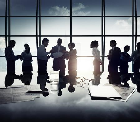 ビジネス: ビジネス人々 ディスカッションのアイデアがチームワークの概念の計画