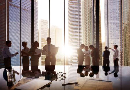 reuniones empresariales: La gente de negocios hablando Conversaci�n Interacci�n Comunicaci�n Concepto