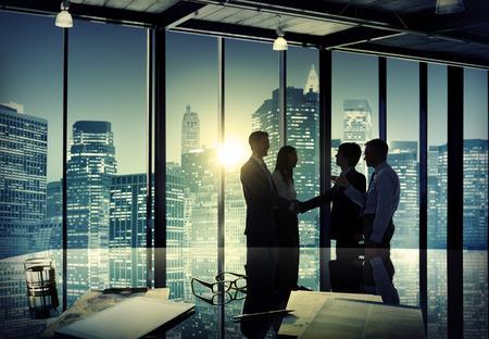 stretta di mano: Uomini d'affari aziendali Riunione Scambio Squadra Concetto