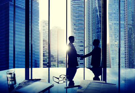 stretta di mano: Business Handshake accordo di partenariato Deal Squadra Office Concept