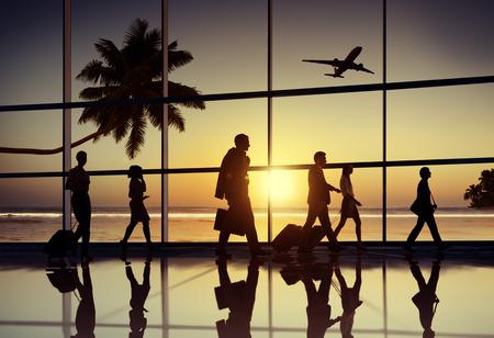 バックライト空港飛行機概念を旅するビジネス人々 写真素材