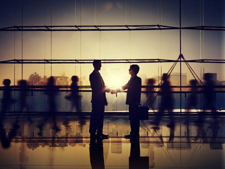 saludo de manos: Hombres de negocios de Conexi�n Corporativa Tarjetas de Handshake Concepto