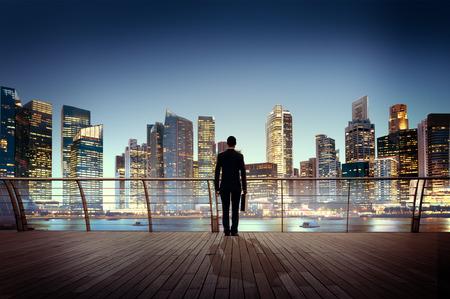 hombre de negocios: El hombre de negocios corporativo Paisaje urbano Escena Urbana Ciudad Edificio Concepto