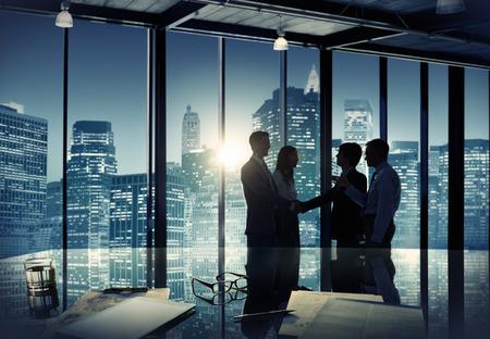 juntos: Gente de negócios Discussão empresarial Reunião da equipe Conceito