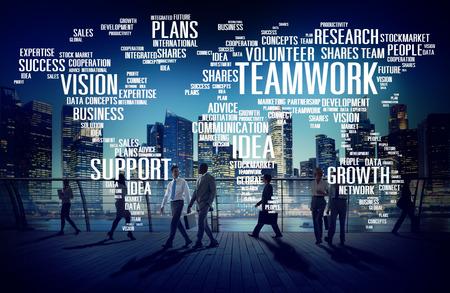 グローバルなビジネス人々 通勤チームワークの概念を歩く