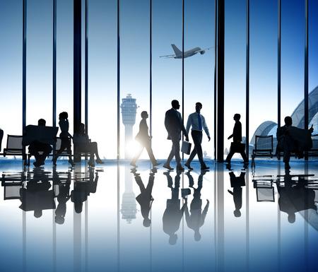 歩いて空港ビジネス旅行多忙なビジネスの人々 のシルエット 写真素材