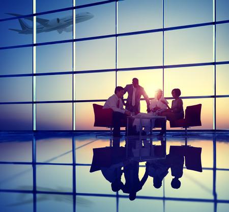 Equipe: Business Team discussion Réunion l'avion décolle Concept Banque d'images
