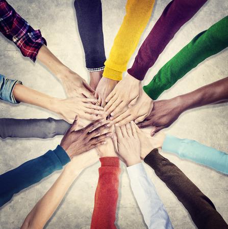 zusammenarbeit: Gruppe von menschlichen H�nden halten zusammen