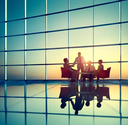 ブレーンストーミングの会議のコンセプト会議ビジネス チーム