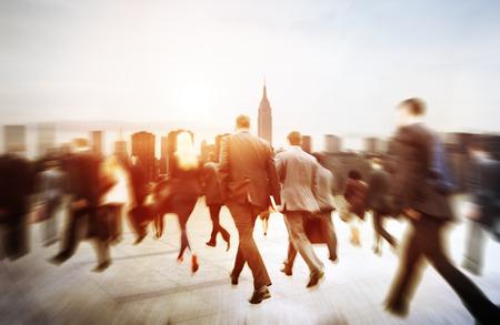 persona caminando: Poca gente de negocios viajero del viaje Motion City Concepto