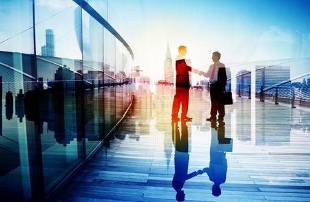 사업: 비즈니스 사람들이 손을 흔들어 파트너십 팀워크 거래 협력