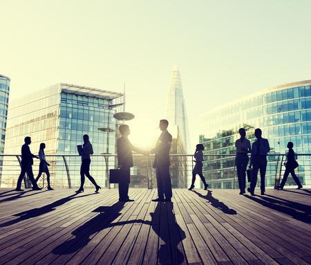 personas caminando: Acuerdo de felicitación de negocios del apretón de manos Hablar Trato Concepto
