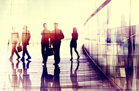 grupo de personas: Poca gente de negocios Conversaci�n Commuter Concept Foto de archivo