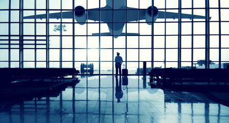 pilotos aviadores: Permanente piloto Aeropuerto Terminal de espera Concepto viajar solo