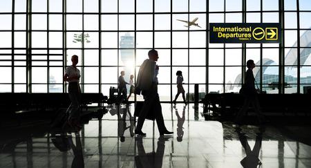 国際 Departtures ターミナル ビジネス旅行輸送飛行の概念