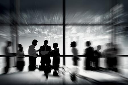 Silhouetten van mensen uit het bedrijfsleven werken