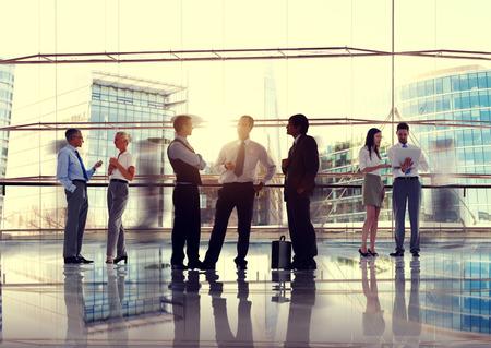 대화 통신 상호 작용 개념을 얘기하는 사업 사람들