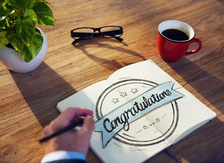 felicitaciones: Hombre con la aplicación Notas y Felicidades Concepto