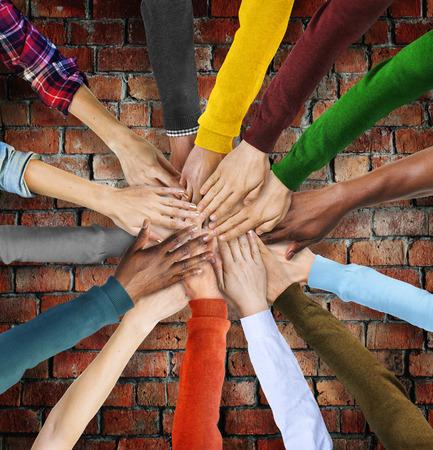 manos juntas: Grupo de manos diversas multiétnicos Juntos Foto de archivo