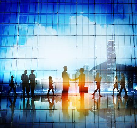 silueta humana: Gente de negocios apret�n de manos Acuerdo Paisaje urbano Concepto Foto de archivo