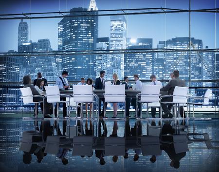 reuniones empresariales: Gente de negocios Lluvia Discusi�n Planificaci�n Reuni�n Concepto Foto de archivo