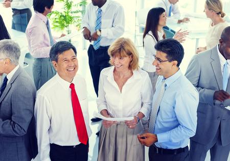 비즈니스 사람들이 대화 통신 말하기 팀 개념