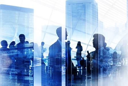 ビジネス人のシルエットの作業会議を会議都市風景