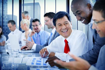 비즈니스 사람들이 회의 통신 토론을 사용하는 사무실 개념 스톡 콘텐츠